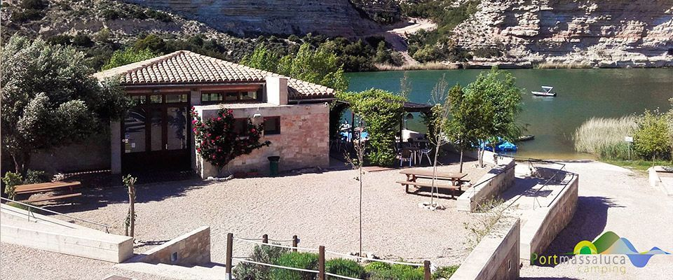 vistas aerias del restaurante del camping portmassaluca a orillas del pantano de ribaroja