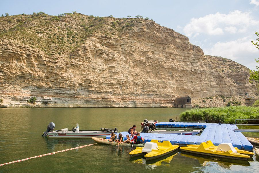 Camping facing the Ebro river. Kayak rental activities, boats, fishing and much more!